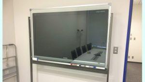 透明ホワイトボード・モニター前にのアイキャッチ画像