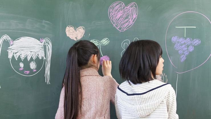 なぜ??チョークで黒板に文字が書けるのか。チョークの粉がつくのか。のアイキャッチ画像