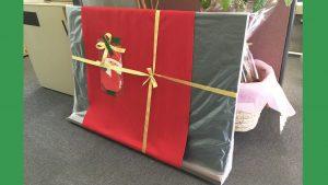 黒板のプレゼントに大喜びのアイキャッチ画像